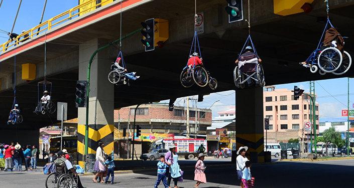 discapacitados colgados puente